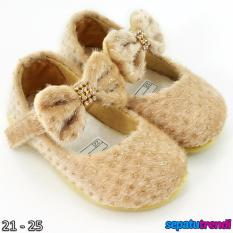 TrendiShoes Sepatu Anak Bayi Perempuan Bahan Bulu AT02 - Beige