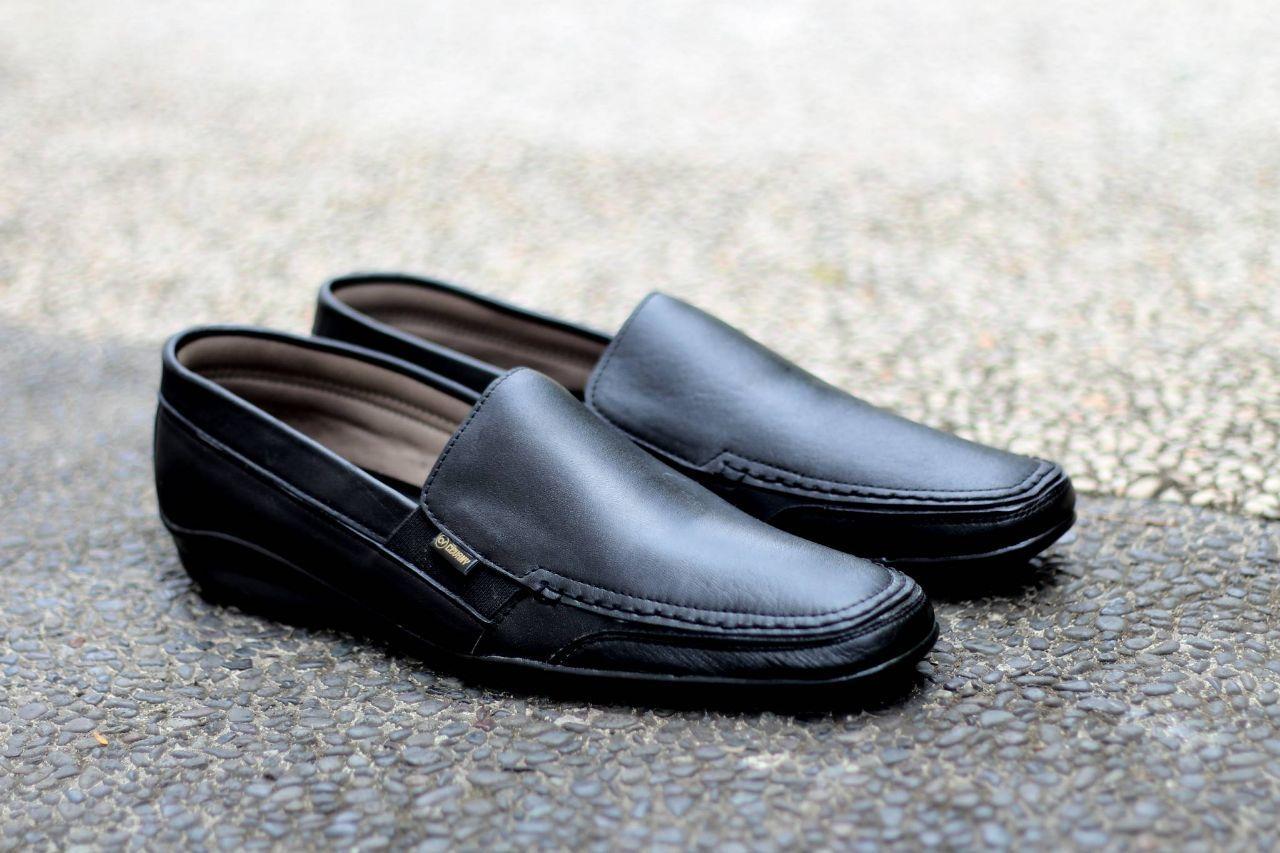 ... Hitam Sepatu Kerja Pria Kantor Pantofel Kulit Model Tali Sandal Casual- BlackIDR260000. Rp 260.000