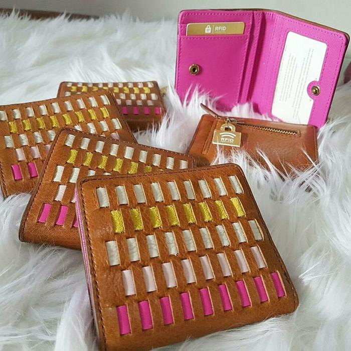 Fossil Short Bifold Wallet Brown Pink Multi Woven.  Dompet Fossil Ori