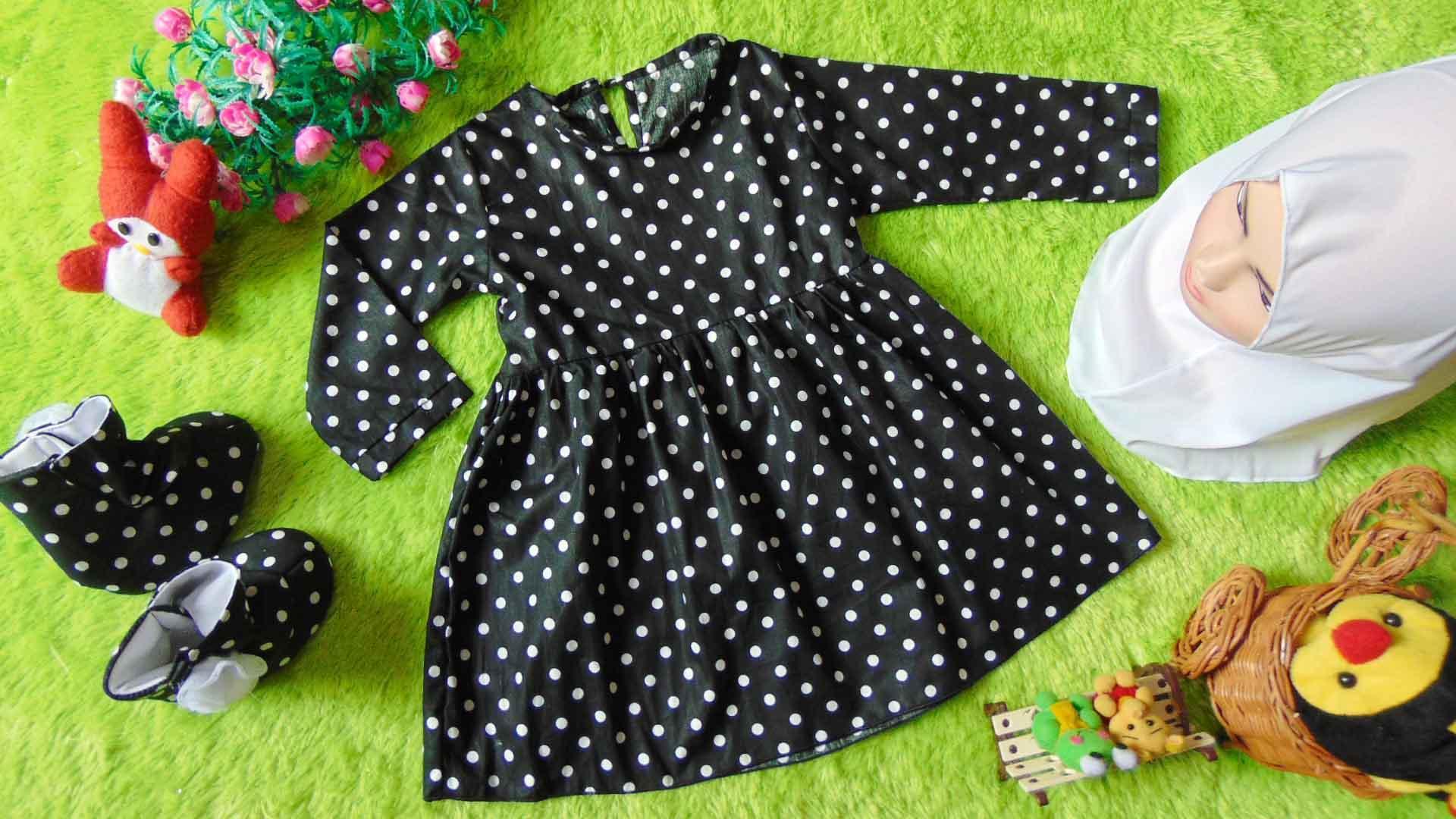 kembarshop - EKSKLUSIF Kado Bayi Paket Gamis Baju Muslim Anak Bayi Perempuan plus Jilbab dan Sepatu Boots Bayi Polka Hitam Cantik 0-12 bulan