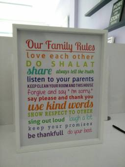 Harga hiasan dinding wooden poster our family rules rainbow uk 30x40