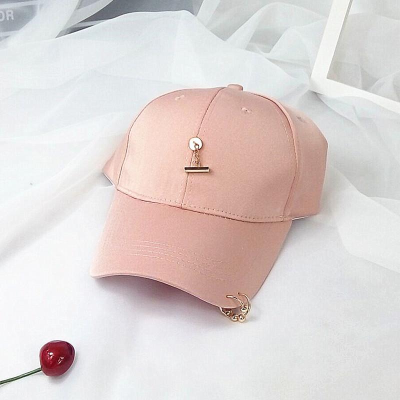 Masuknya orang perempuan bisbol topi topi (Cahaya merah muda)